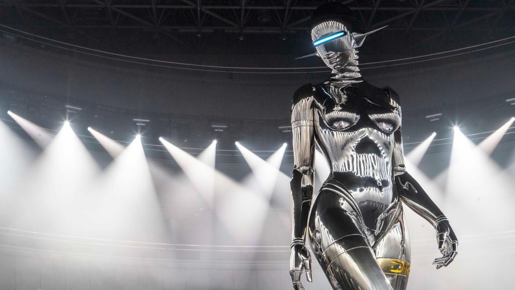 Il robot di Hajime Sorayama per Christian Dior ci ucciderà tutti, ma nel frattempo cerchiamo di continuare a fare il nostro mestiere.