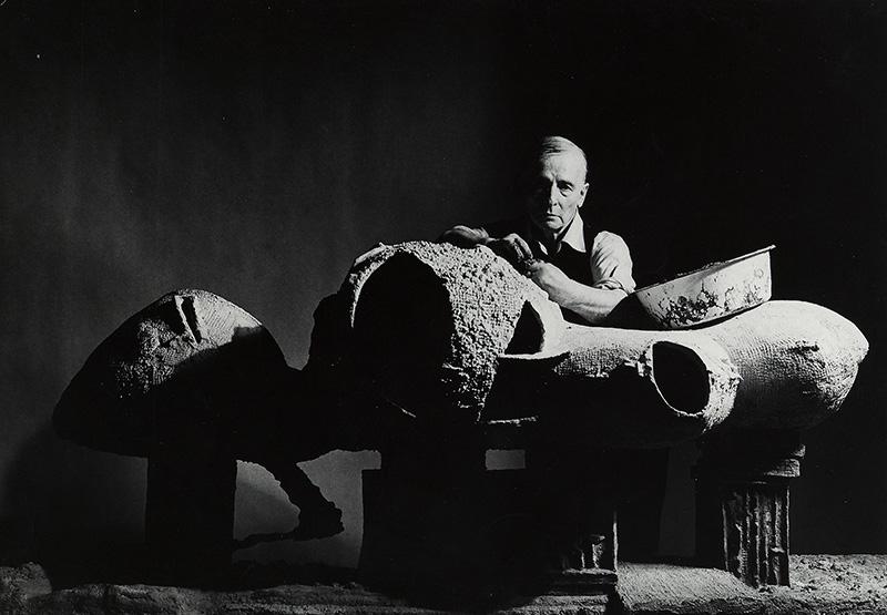 Friedrich Kiesler con il suo modellino per la Casa Infinita (New York 1959, Foto di Irving Penn)