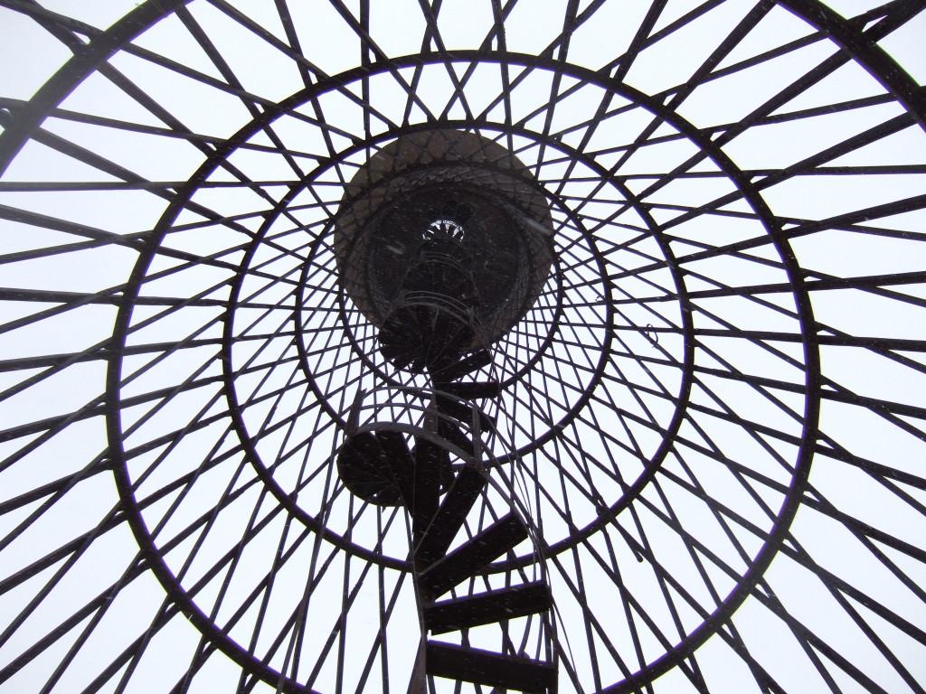 La torre di Vladimir Shukhov a Polibino è la prima struttura a iperboloide del mondo.